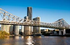 Berühmte Geschichten-Brücken- u. Flussufergebäude in Brisbane Stockfotografie