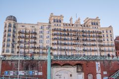 Berühmte Grand Hotel in Brighton Seafront - BRIGHTON, VEREINIGTES KÖNIGREICH - 27. FEBRUAR 2019 stockfotografie