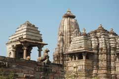 Berühmte heilige hinduistische Tempel bei Khajuraho, Indien stockbild