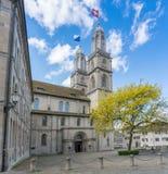 Berühmte historische Kirche in Zürich an einem Frühlingstag mit Flaggen an der Aufmerksamkeit in einem lebhaften Wind lizenzfreies stockbild
