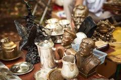 Berühmte historische Personenfehlschläge UDSSR und Metallgeschirr an einer Flohmarkt Lizenzfreie Stockfotografie