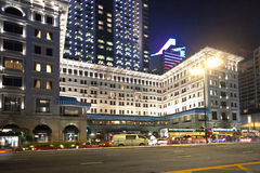 Berühmte Luxushotel Hong Kongs Halbinsel bis zum Nacht lizenzfreie stockfotografie