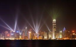 Berühmte Nachtszenen der Strahlen zeigen in Hong Kong stockbild