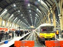 Berühmte Paddington-Bahnstation von London mit dem schönen Bogen-Decken-Bau lizenzfreies stockbild