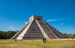 Berühmte Pyramide gegen blauen Himmel an den alten Mayaruinen von Chichen Itza in Mexiko lizenzfreie stockfotos