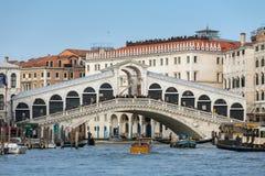 Berühmte Rialto-Brücke bei Grand Canal in Venedig stockbilder