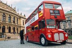 Berühmte rote Bus Londons EGZ Routemaster als Café-Bus nahe dem Tschechen philharmonisch Lizenzfreie Stockbilder