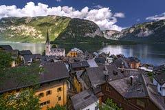 Berühmte Seeuferstadt Hallstatt in den österreichischen Alpen stockbild