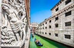 Berühmte Seufzerbrücke mit dem Palast des Dogen und Gondeln in Venedig, Italien Stockbilder