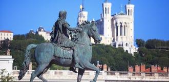 Berühmte Statue von Louis XIV und Basilique von Notre Dame de Fourvi Lizenzfreies Stockbild