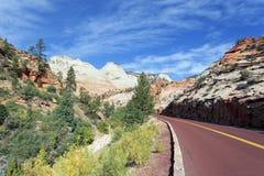 Berühmte Straße in Zion Nationalpark stockfotos