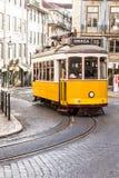 Berühmte Straßenbahn des Gelbs 28 von Lissabon in Portugal Stockfotos