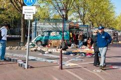 Berühmte tägliche Flohmarkt auf Waterlooplein Amsterdam, die Niederlande Lizenzfreie Stockfotos