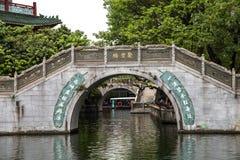 Berühmte Touristenattraktionen Guangzhous, Guangdong, China in der Tinte parken, ein Ming Dynasty-Baustil geschnitzte Steinbrücke Lizenzfreie Stockfotos