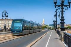 Berühmte Tram auf Pont de Pierre im Bordeaux Stockbild