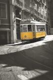 Berühmte Tram Nr. 28 in Lissabon Stockfotografie