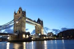 Berühmte und schöne Abend-Ansicht der Turm-Brücke, London, Großbritannien Stockfotos