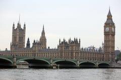 Berühmte und schöne Ansicht zu Big Ben und Parlamentsgebäude wi Lizenzfreie Stockbilder