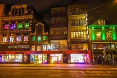 Berühmte Weinlesegebäude von Amsterdam-Stadt in der Nacht Allgemeine Landschaftsansicht an Tradition Holländer arcitecture Lizenzfreie Stockfotografie