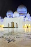 In berühmten Abu Dhabi Sheikh Zayed Mosque bis zum Nacht Lizenzfreie Stockfotos