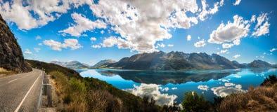 Berühmter Ausblick an der goldenen Stunde am See Wakatipu, Neuseeland Stockfotografie