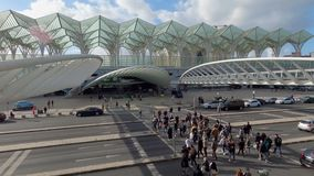 Berühmter Bahnhof Oriente in Lissabon - Stadt LISBON, PORTUGAL - 5. NOVEMBER 2019 stock video footage