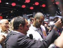 Berühmter Basketball-Spieler Tony Parker an der Paris-Autoausstellung Lizenzfreie Stockfotos