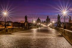 Berühmter Charles Bridge in Prag bei Sonnenaufgang stockfoto