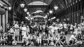Berühmter Covent-Garten in London - beschäftigter Ort und voll von den Touristen - LONDON - GROSSBRITANNIEN - 19. September 2016 Lizenzfreies Stockfoto