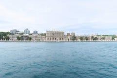 Berühmter Dolmabahce-Palast in Istanbul, wie von einer Bosphorus-Fähre, in der Türkei gesehen lizenzfreie stockfotos