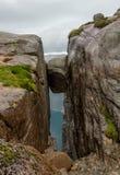 Berühmter Felsen Kjeragbolten u. x28; Lysefjorden, Norway& x29; Stockbild