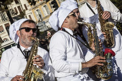 Berühmter Karneval von Nizza, Blumen ` Kampf Musikerköche Stockbilder
