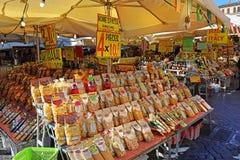 Berühmter Lebensmittelmarkt an quadratischem Campo-dei Fiori, Rom, Italien Stockbild