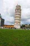 Berühmter lehnender Turm von Pisa während Stockbilder