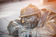 berühmter Mann bei der Arbeit, Abwasserarbeitskraftstatue in Bratislava Stockfotografie