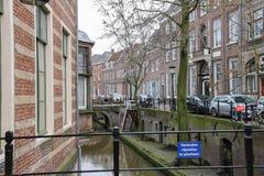 Berühmter Oudegracht-Kanal nahe Wohnhäusern in Utrecht, stockfoto