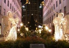 Berühmter Rockefeller-Mitte-Weihnachtsbaum, wie von der 5. Allee gesehen Stockfotos