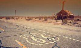 Berühmter Route 66 -Markstein auf der Straße Stockfotografie