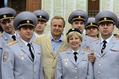 Berühmter russischer Schauspieler Andrei Sokolov mit den Polizeibeamten Lizenzfreie Stockfotos
