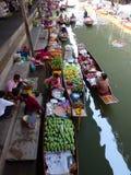 Berühmter sich hin- und herbewegender Markt in Thailand Stockbilder
