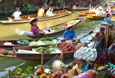 Berühmter sich hin- und herbewegender Markt Thailands Stockfotos