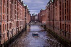 Berühmter Speicherstadt-Lager-Bezirk mit dunklen Wolken in Hamburg, Deutschland lizenzfreie stockfotografie