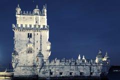 Berühmter Turm von Belem bis zum Nacht Stockbild