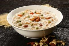 Berühmter und traditioneller indischer süßer Pudding Kheer in einer weißen Schüssel Lizenzfreies Stockfoto