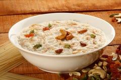 Berühmter und traditioneller indischer süßer Pudding Kheer in einer weißen Schüssel Stockbild