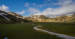 Berühmter vulkanischer Bereich mit Rhyolith schaukelt - Landmannalaugar und isländische Pferde stock footage