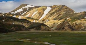 Berühmter vulkanischer Bereich mit Rhyolith schaukelt - Landmannalaugar und isländische Pferde stock video footage