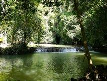 Berühmter Wasserfall in provinzieller Stadt Krabi, Thailand Stockfoto