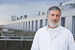 Berühmter Wissenschaftler/Doktor, der auf dem Dach steht Lizenzfreie Stockfotografie
