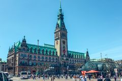 Berühmtes Hamburg-Rathaus mit blauem Himmel am Marktplatz nahe See Alster Binnenalster in Altstadt-Viertel, Hamburg stockfotos